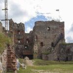 Zamek w Bausce dziedziniec gotycki
