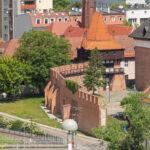 Opole zrekonstruowane fragment murów z basztą Rybacką